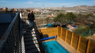 Sekitar 200 properti Airbnb, seperti yang ada di pemukiman Ofra, Israel akan terpengaruh.