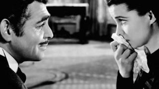 مشهد من فيلم أجنبي تضع فيه الممثلة منديلا على فمها