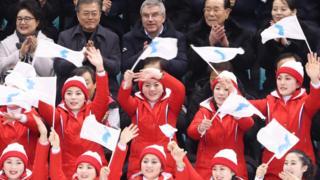 토마스 바흐 위원장(윗줄, 가운데)은 한국 문재인 대통령, 북한 김영남 최고인민회의 상임위원장, 김여정 노동당 부부장과 함께 남북 단일팀의 아이스하키 경기를 관람했다