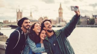 Amigos tomandose un selfie en Londres