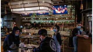 """《香港新冠确诊个案陡升,政府宣布""""封关"""",停转机服务及拟推售酒禁令》"""
