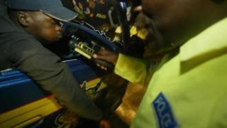 Un automobiliste kenyan contraint au test du souffle pour mesurer son alcoolémie