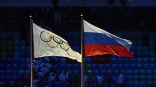 La bandera olímpica y la bandera rusa