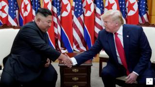 Ông Donald Trump và ông Kim Jong-un bắt tay trong cuộc gặp tại khu DMZ hôm 30/6