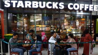 """زعيم إسلامي إندونيسي يدعو لمقاطعة مقاهي ستاربكس لـ """"تأييدها المثليين"""""""