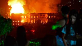 里約熱內盧民眾看著焚燒中的巴西國家博物館(2/9/2018)