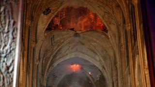 شعلههای آتش در حال رسیدن به سقف کلیسا