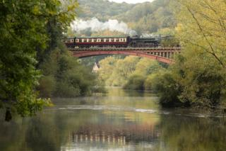 Kereta upa melintasi jembatan Victoriaantara Bewdley dan Arley di Severn Valley Railway di Worcestershire