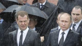 Премьер-министр РФ Дмитрий Медведев и президент Владимир Путин у Могилы неизвестного солдата 22 июня