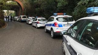 Поліцейські автомобілі перед операцією