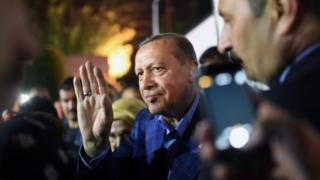 Erdogan saluda a sus simpatizantes