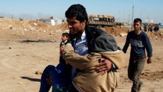 Residentes de Mosul escapan de la ciudad.