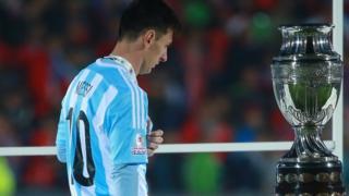 Lionel Messi pasa al costado de la Copa América tras perder la final contra Chile en 2015.