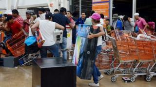 Dozens of people loot shops during an alleged protest against the increase in the gas prices, in the port of Veracruz, Mexico, 04 January 2017.