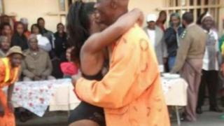 Les photos de la prestation des animatrices dansant avec des détenus de la prison de haute sécurité de Johannesburg sont devenues virales.