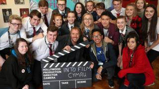 Rhys Ifans with school pupils at Ysgol Gyfun Gymraeg Plasmawr