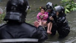 عناصر الشرطة في هونغ كونغ تنقذ طفلة صغيرة في الشوارع التي غمرتها المياه بعد الإعصار