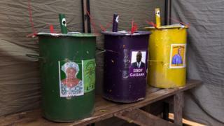 Des urnes dans un bureau de vote à Bakau