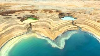 Imagem de um poço no Mar Morto