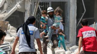 Halep'in Maadi bölgesinde enkazdan çocukalr çıkartılıyor.