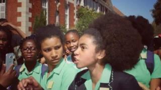 Kız öğrenciler protestoda