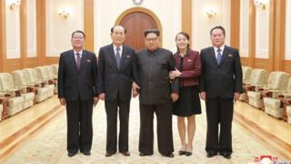 Bức ảnh do KCNA công bố cho thấy Kim Yo-jong khoác tay bên vai trái Kim Jong un, còn ông Kim Yong-nam ở bên phải.