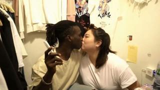 หญิงชายจูบกัน