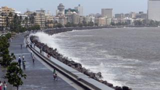 पुढील दोन दिवसांत महाराष्ट्र आणि गुजरात किनारपट्टीवर मुसळधार पाऊस पडण्याची शक्यता आहे.