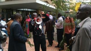 Abigisha ba kaminuza ya Nairobi bari imbere y'uburongozi bw'iryo shuli