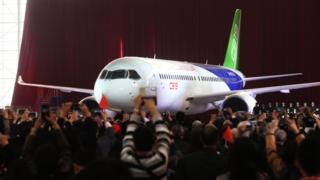 C919客機首架機在上海浦東基地廠房下線(中新社圖片2/11/2015)