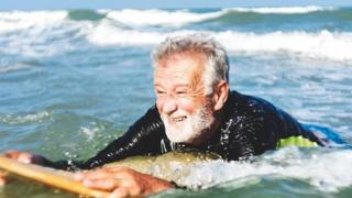 مسن يسبح في المياه