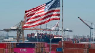 Контейнеровоз под американским флагом разгружает товары из Азии в калифорнийском порту