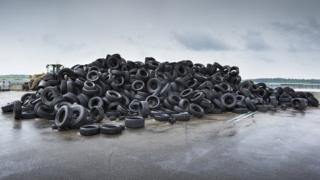 Llantas de neumáticos en una playa.