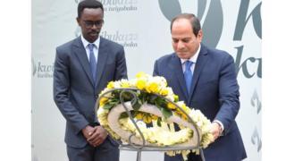 Prezida Al Sisi (i buryo) ashyira indabyo ku rwibutso rwa jenoside i Gisozi