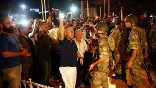 Asker ve protestocular