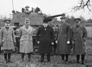 Trong hình, Tướng Wladyslaw Sikorski, thủ tướng chính phủ Ba Lan lưu vong (thứ hai từ trái sang); Thủ tướng Anh Winston Churchill (giữa), và tướng Charles de Gaulle, tư lệnh quân đội Pháp Tự do (mũ kêpi), trong một lần thăm đơn vị thiết giáp ở Anh năm 1941