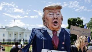 اعتراض به اخراج کومی در مقابل کاخ سفید