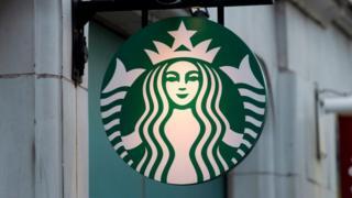 Logo de Starbucks en la calle.