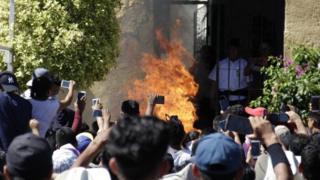 Sejumlah telepon genggam mengambil gambar saat Ricardo dan Alberto dibakar.