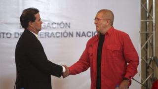 The leader of the ELN negotiation team Antonio Garcia (R) shakes hands with Colombian Government negotiation chief Frank Pearl (L) during a press briefing announcing the beginning of peace talks, at the Venezuelan Foreign Ministry facilities, in Caracas, Venezuela, 30 March 2016.