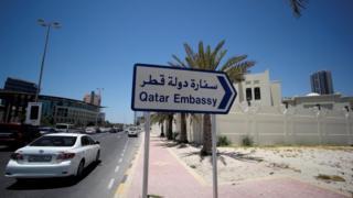 سهم يشير إلى سفارة قطر في عاصمة البحرين