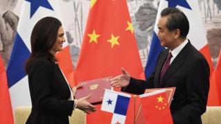 นางอิซาเบล เด เซนต์ มาโล รองประธานาธิบดีและรัฐมนตรีต่างประเทศปานามา (ซ้าย) และนายหวัง อี้ รัฐมนตรีต่างประเทศจีน จับมือกันขณะแลกเปลี่ยนเอกสารหลังจากลงนามในแถลงการณ์ร่วมสถาปนาความสัมพันธ์ทางการทูตระหว่างกันในกรุงปักกิ่งของจีนวันนี้ (13 มิ.ย. 2017)