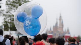 Balão do Mickey dentro de um outro balão