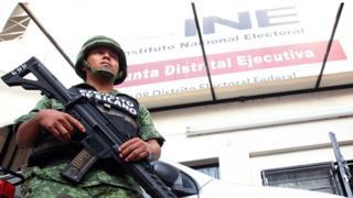 Un soldado hace guardia frente a un depósito de material electoral en México.