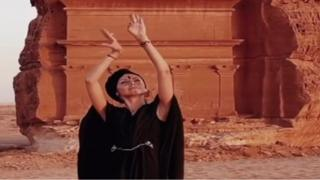 روسية ترقص في مدائن صالح ترويجا للسياحة في السعودية