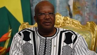 Le président burkinabè Roch Marc Christian Kaboré a cédé le poste de ministre de la Défense à l'occasion d'un remaniement ministériel annoncé lundi soir.