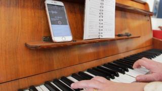 Chwarae'r piano