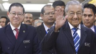 Bộ trưởng tài chính Lim Guan Eng (trái) và Thủ tướng Mahathir Mohamad