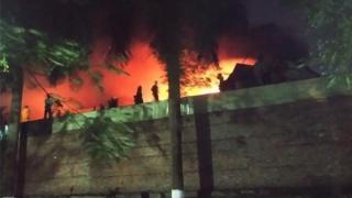 """""""Ngọn lửa đỏ lòm thè ra, lởn vởn bên trên bức tường bao làm ranh giới với nhà máy"""" sát với chung cư 54 nơi ông Nguyễn Tường Thụy sinh sống"""