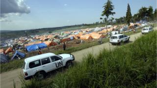 Le convoi d'une délégation du Conseil de Sécurité de l'ONU passe devant un camp de réfugiés près de Bunia, dans l'Est de la RDC, le 12 juin 2013.